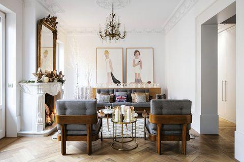 un salón con decoración de navidad sofisticada