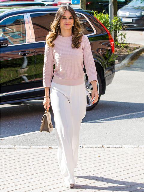 きれい色ニット×白パンツの王道エレガントコーデ