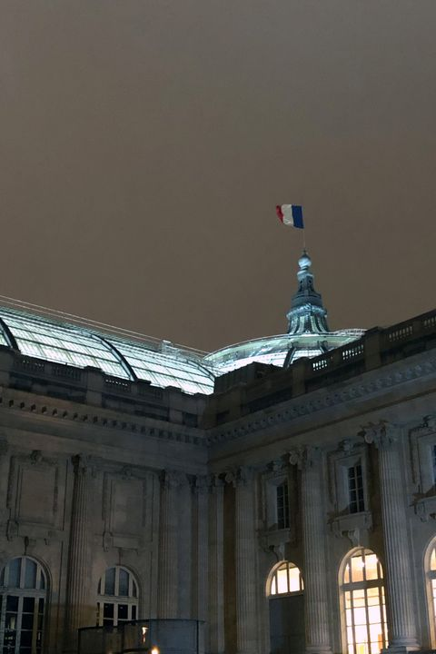 Flag, Landmark, Palace, Government, Classical architecture, Light fixture, Official residence, Column, Presidential palace, Courthouse,