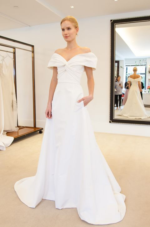デコルテを強調する立体的なオフショルダーデザインが印象的。nyの人気ブランド「キャロリーナ・へレラ」のドレスです。ドレス レンタル料¥350,000(ザ・トリート・ドレッシング)