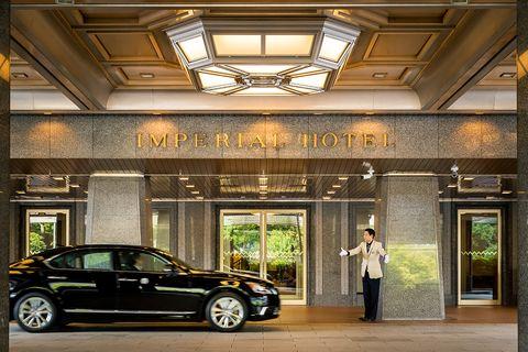 『帝国ホテル 東京』車寄せとベルボーイ