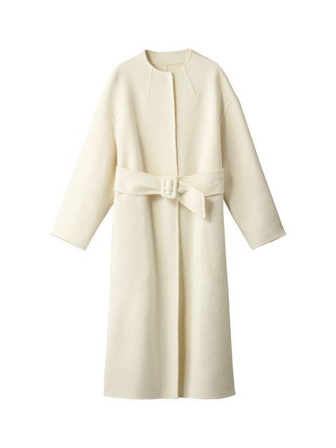 女性らしいノーカラーの純白コート