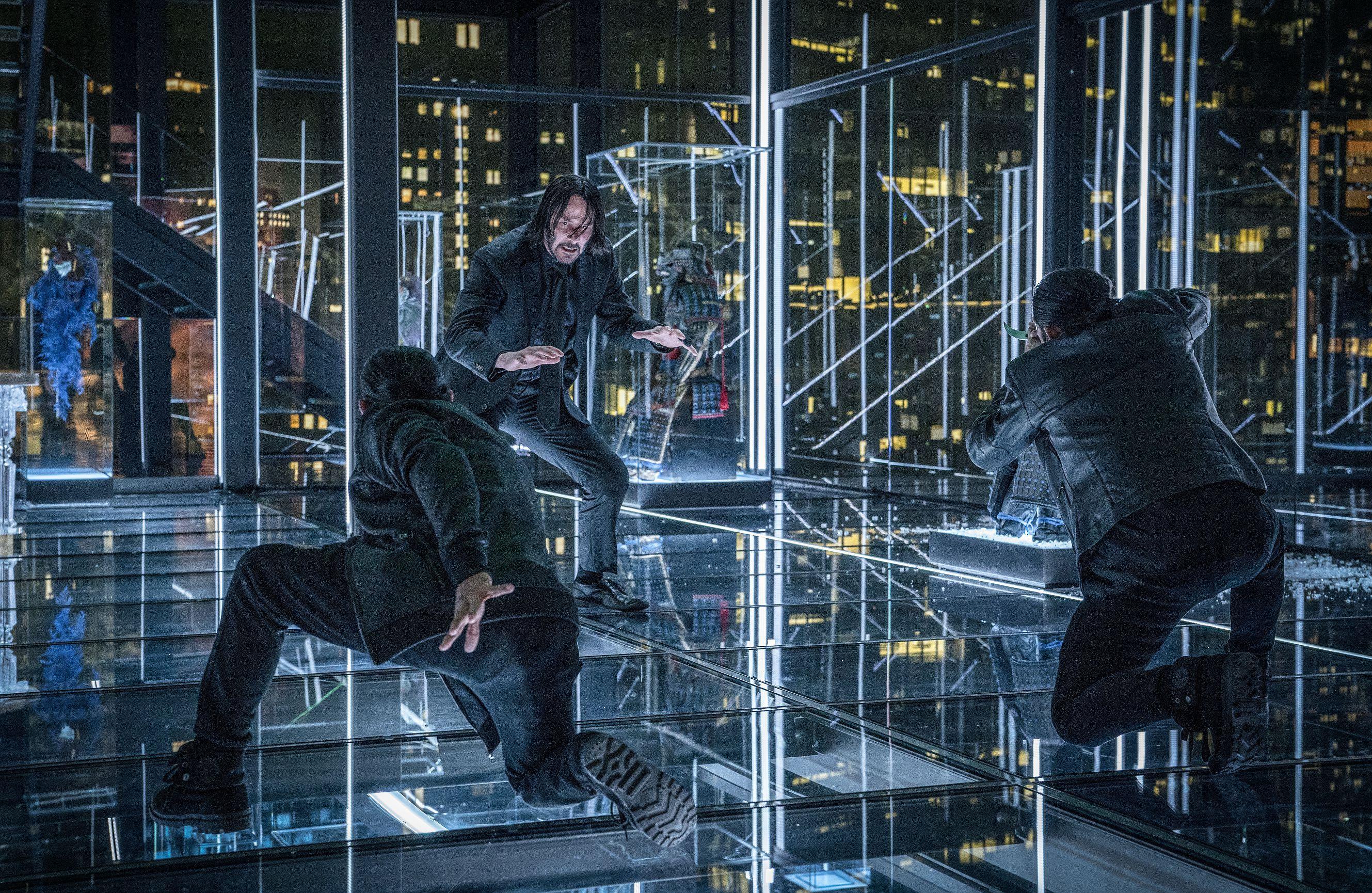 由好萊塢最性感大叔基努李維(Keanu Reeves)飾演的「地表最強殺神」系列電影續集《捍衛任務3:全面開戰》,在全球影迷的殷殷期盼下,睽違兩年總算再度強勢回歸。電影正式預告也終於在22日晚間公開!基努李維在紐約布魯克林橋上邊騎重機,左手一邊用槍對敵人爆頭、右手一邊用刀割喉的雙手開弓畫面,帥氣開外掛橋段,再度擄獲全球影迷的心呀!