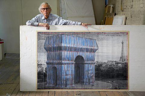 """christo nel suo studio con un disegno preparatorio per """"l'arc de triomphe, wrapped"""" new york city, 20 settembre, 2019"""