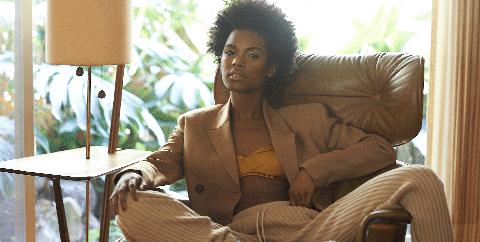 Model in een bruineleren stoel
