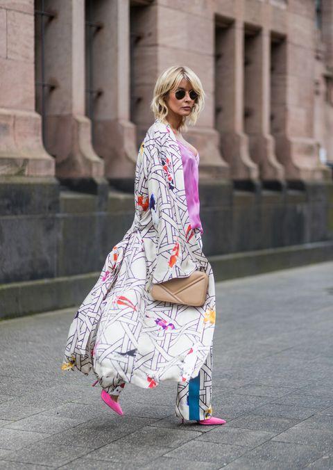 Hai già pensato di indossare il kimono come nuovo cappotto leggero per la moda primavera estate 2018: kimono corto o kimono giapponese classico lo abbini con il resto del guardaroba con facilità.