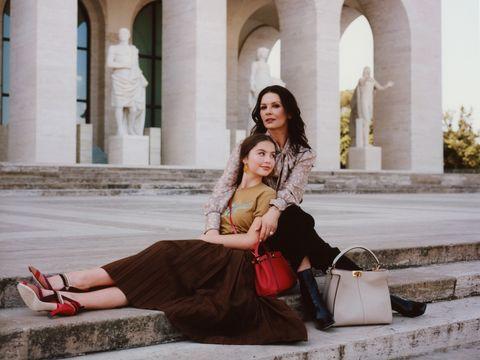 FENDI Peekaboo根本是最時髦的母女包!凱薩琳麗塔瓊斯與愛女一起拍攝Peekaboo企劃