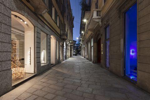 viavai porta l'arte nelle vetrine vuote del centro storico di milano
