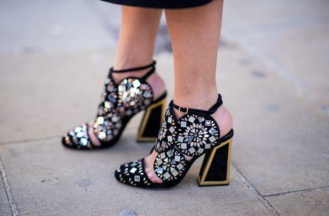 Le scarpe dell'inverno 2019 sono perfette per ricreare look gotici, i pezzi giusti che ti servono se stai cercando ispirazioni per i costumi Halloween, scarpe nere, scarpe con tacco alto super dark da indossare anche dopo i party.