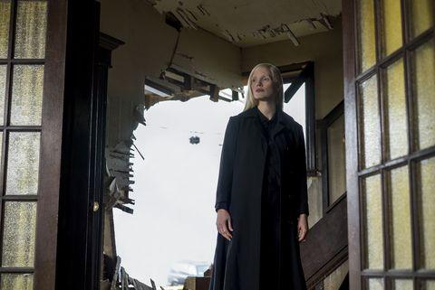 在28日最新釋出的預告中,蘇菲特納(Sophie Turner)所飾演的「琴葛雷」,因無法控制內心強大卻黑暗的「鳳凰之力」,而出手攻擊珍妮佛羅倫斯飾演的「魔形女」!此外,在潔西卡崔絲坦(Jessica Chastain)飾演的反派角色的挑撥下,琴開始和昔日戰友反目成仇!連一向冷靜自持的「X教授」都顯露出恐懼神情,過去呼風喚雨的「萬磁王」也不是她的對手,眾人完全對黑化後的琴葛雷束手無策! 預告最後一段更曝光琴葛雷透過鳳凰之力將整列火車瞬間連根拔起!
