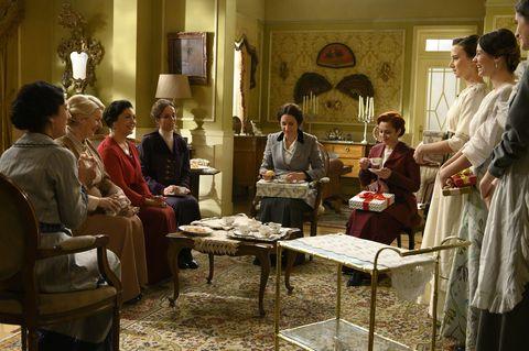Las señoras se reúnen para dar regalos a las novias en Acacias 38