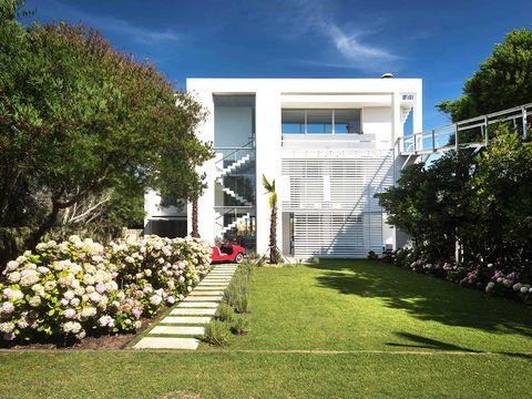 el estudio de martín gómez ha creado esta casa para que su propietario reciba a sus amigos y familiares durante la época estival