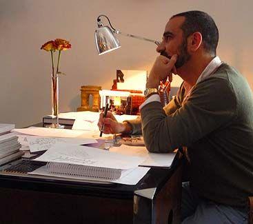 lorenzo castillo en su mesa de trabajo