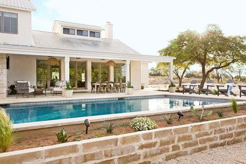 piscina en la parte trasera de un rancho en texas