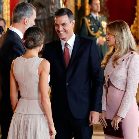 Pedro SánchezyBegoña Gómezquerían sentirse como 'reyes' en la recepción que don Felipe y doña Letizia han ofrecido tras el desfile militar con motivo del 'Día de la Hispanidad'.