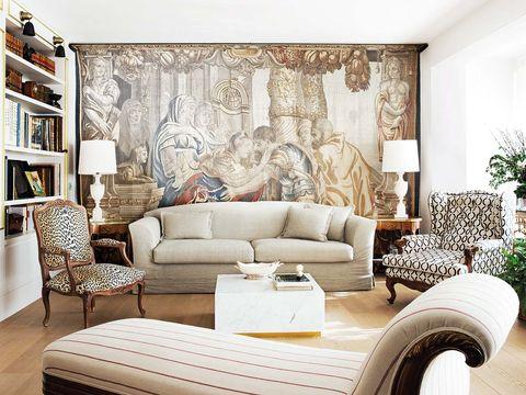 un gran tapiz mitológico de jan raes, datado en bruselas en el siglo xvii, es la joya de este salón