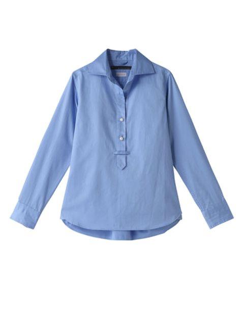 定番ブルーシャツは、パールボタンが華やかな一枚を