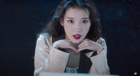 iu公開新曲〈celebrity〉mv!超美「直角肩」+仙女眨眼微笑電暈粉絲