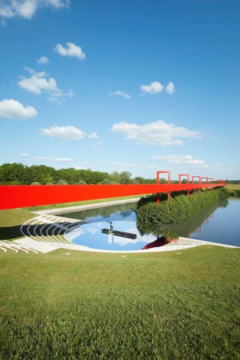 lv前進未來感雕塑建築重啟2022早春度假大秀!踏上louis vuitton的樂觀主義星際奇航
