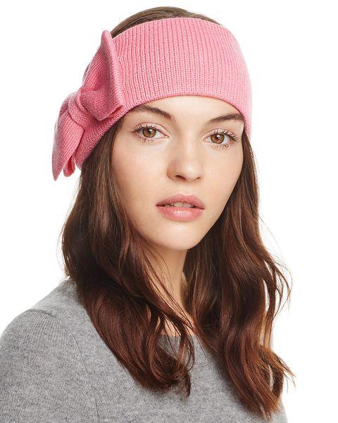 Metti da parte il cappello a tesa larga, è scoppiata la mania per gli accessori per capelli dalle forme vintage come fasce e turbanti.