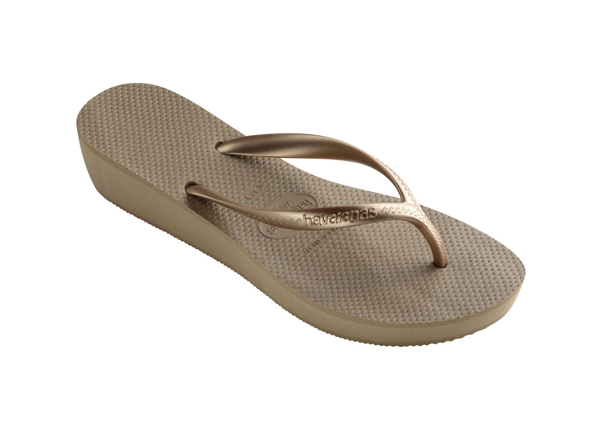 Le infradito per l'estate 2018 sono chunky come un paio di sneakers, hanno la suola alta e sono in gomma, metti da parte le infradito gioiello per indossare in vacanza solo sandali infradito waterproof.