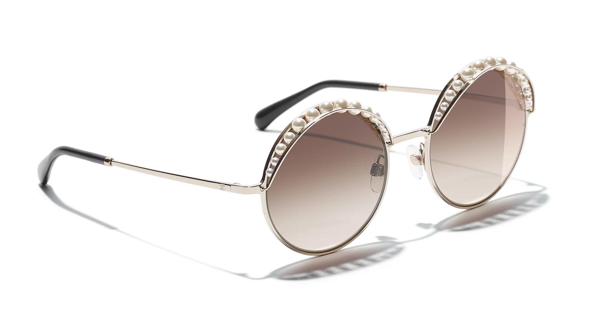 Gli occhiali da sole scelti dalle star sono un'ottima ispirazione per trovare il modello giusto da indossare per l'estate 2018: piccoli e sottili come quelli di Bella Hadid e Kirsten Stewart, a goccia come quelli di Amber Heard.