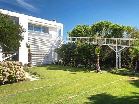 la casa se encuentra en la playa de josé ignacio, en punta del este, uruguay