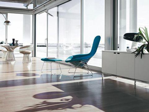 con su base metálica y su cuerpo tapizado, la bird chair supuso un innovador estudio del volumen y la función