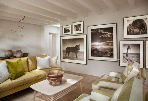 en el salón, una composición de fotos de nick brandt