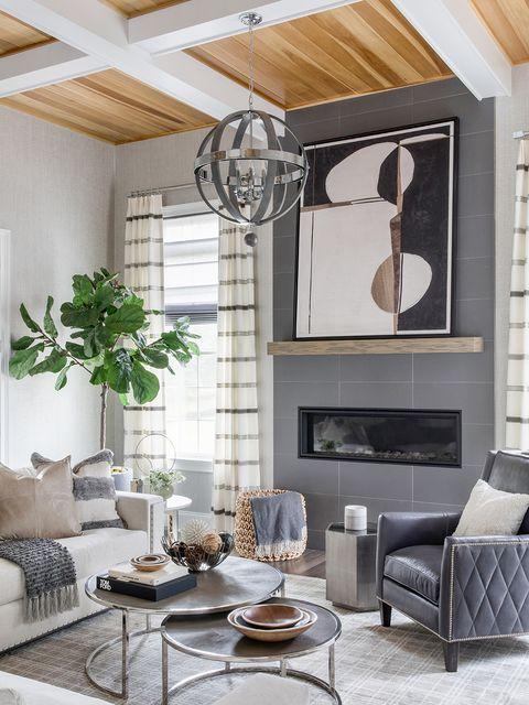 la mezcla de blancos y grises, acompañada por el techo de madera, aporta mucha luminosidad a la estancia