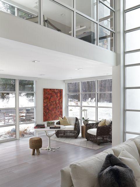 el salón con doble altura se abre al resto de espacios y goza de unas vistas increíbles al jardín