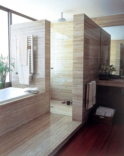 un escalón marca el paso hacia la zona de baño