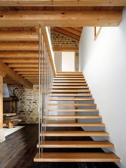 escalera con peldaños volados de madera