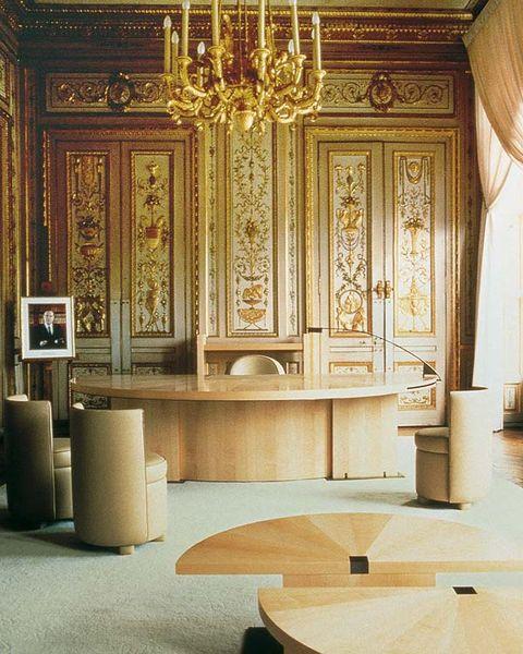 al decorar en 1985 el despacho del ministro de cultura francés contrastó piezas ornamentales, como la boiserie policromada, con muebles de líneas depuradas