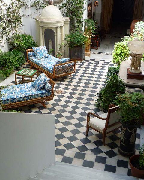 el patio está situado a la entrada, en la planta baja, es un lugar fresco y acogedor con una gran cantidad de plantas