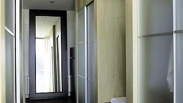 la orientación del suelo del pasillo es importante para variar ópticamente el tamaño del espacio