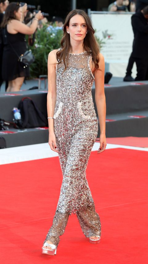 Red carpet, Carpet, Fashion model, Clothing, Fashion, Flooring, Dress, Premiere, Long hair, Hairstyle,