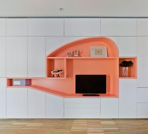 los arquitectos han creado estas soluciones de almacenaje abierto destinando cada una a una función en el salón es espacio para multimedia