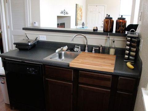 una tabla de madera sobre el fregadero