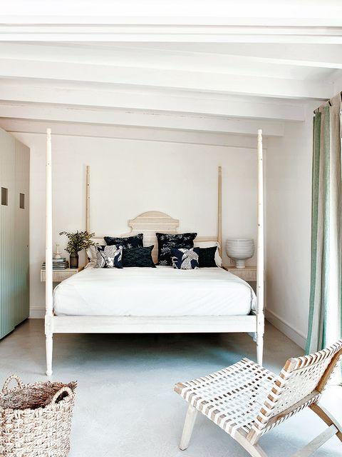 la luz y el blanco acaparan todo el protagonismo en este dormitorio