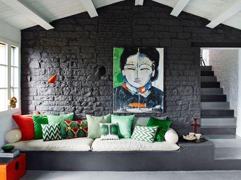 vista del salón donde predomina los tonos grises y verdes