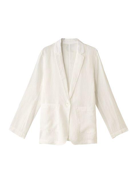 雨の日こそ、ホワイトジャケットで凛とした雰囲気に