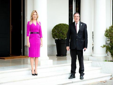 知的モードなドレススタイルで大使をお出迎え