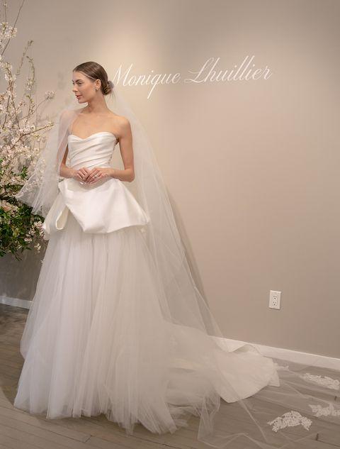 人気ブランド「モニーク・ルイリエ」のドレス。上半身とスカート上部にはハリのあるシルク生地で立体感を出しています。ドレス レンタル料¥410,000(ザ・トリート・ドレッシング)