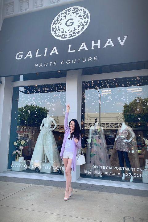 「ガリア・ラハヴ」laフラッグシップショップの前でポーズをとる千映子さん