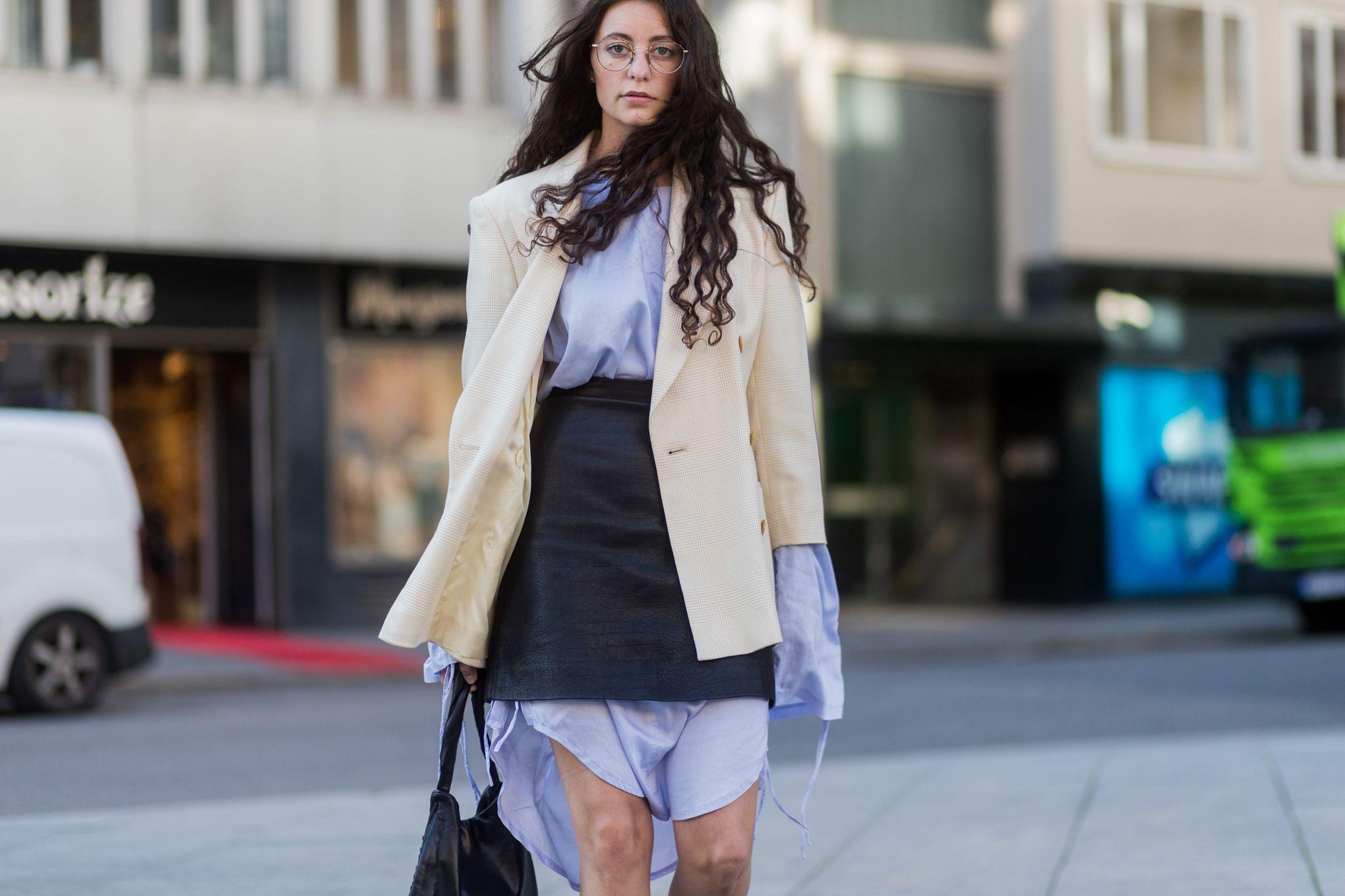 La camicia dell'autunno inverno 2019 la indossi over come sotto alla minigonna, mezza dentro e mezza fuori come una camicia uomo extra large, ad esempio una camicia bianca, da intravedere sotto all'orlo di gonne corte a vita alta.