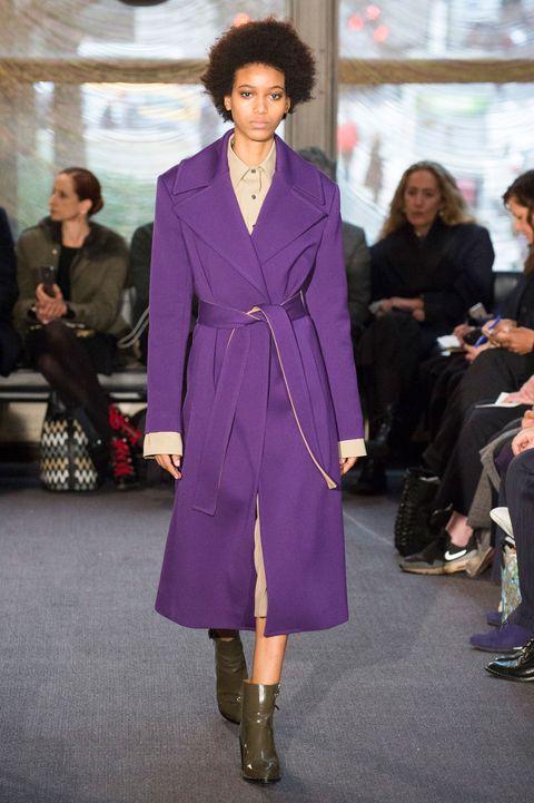 Il cappotto per le donne è il capospalla moda autunno inverno 2018-2019: ancora i cappotti oversize, colorati e tanta pelliccia ecologica.
