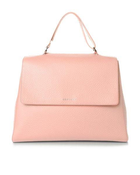 Cosa indossare a ottobre lo decide il rosa, il colore simbolo della prevenzione contro il tumore al seno: indossa reggiseni speciali, velluto a coste rosa e sneakers a volontà, e poi sperimenta accessori pop a prova di manga.