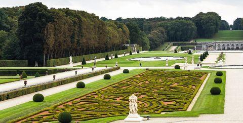 Garden, Botanical garden, Château, Botany, Shrub, Hedge, Estate, Grass, Tree, Building,