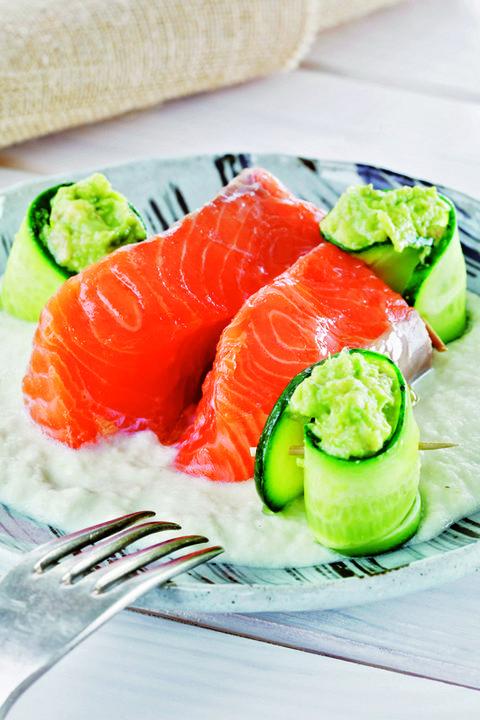 salmón al horno con guacamole y salsa